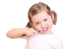 Научите ребенка чистить зубы