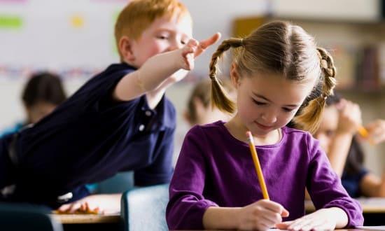 Ребенок плохо ведет себя в школе. Что делать?